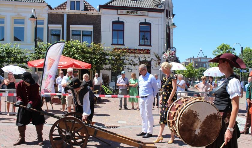 Een oorverdovend startschot op de Markt in Steenbergen werd bijgestaan door Ruud van den Belt en Willemijn van Hees. FOTO CLAUDIA KOOLE