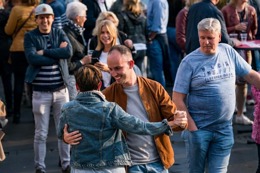 Iedereen kon meezingen met diverse Nederlandse artiesten.