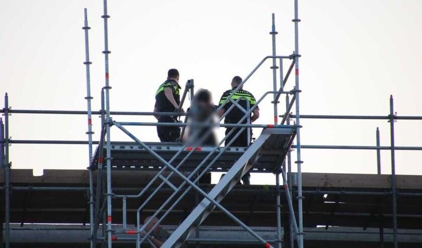 De politie kon de vrouw veilig naar beneden halen.