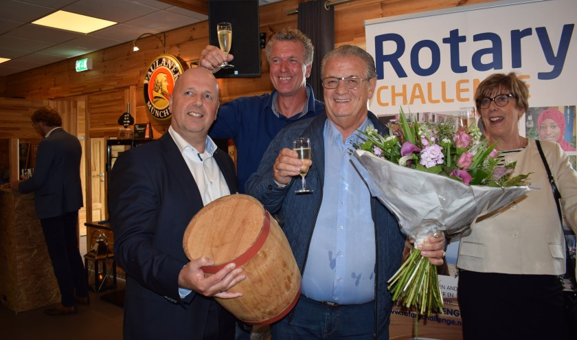 Johan Nooijens was de hoogste bieder op het vaatje nieuwe haring! FOTO STELLA MARIJNISSEN