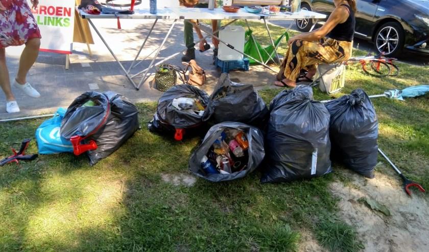Volle vuilniszakken met zwerfafval tijdens de actie.