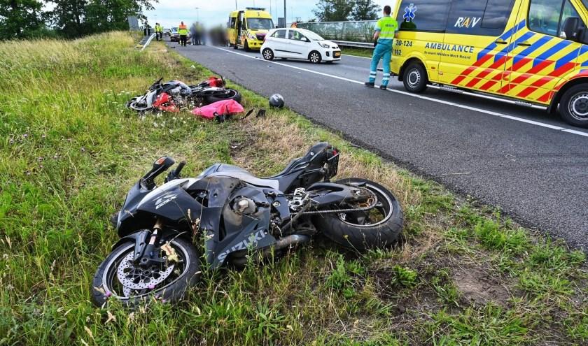 Beide motorrijders zijn naar het ziekenhuis gebracht.