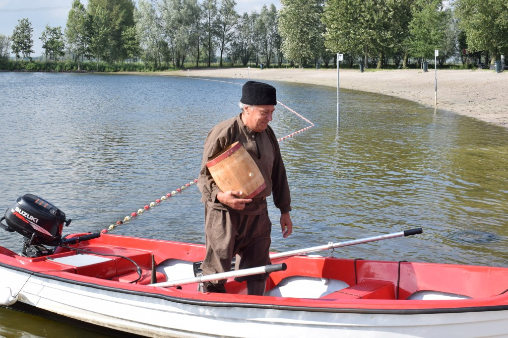 Adriaan van Bergen komt aan wal. Foto: Stella Marijnissen © Internetbode