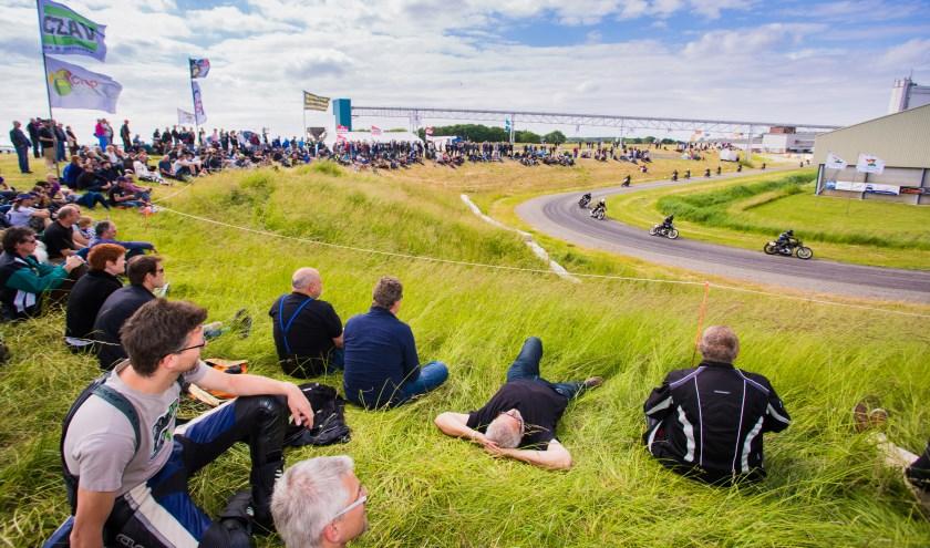 Het publiek heeft een prachtig zicht op de racers.