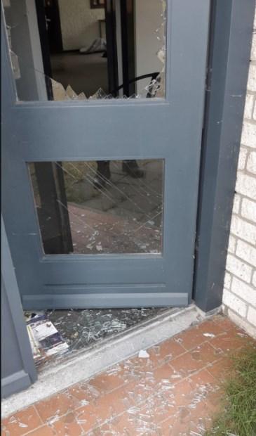 Het glas van de deur was kapot.