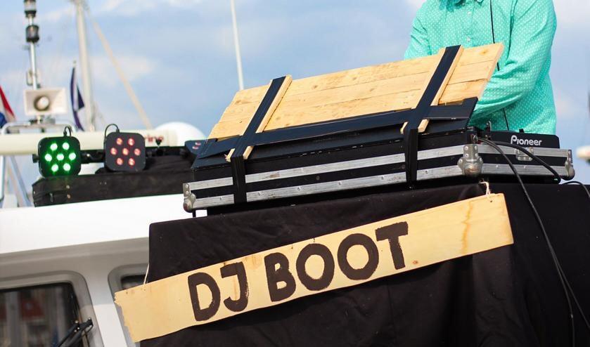 Kenny Jansen op de 'dj boot' van de Vrijmibotho