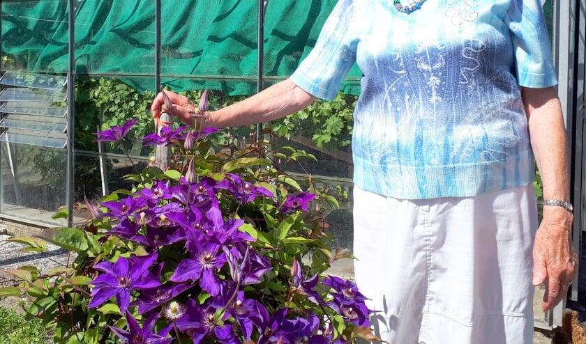Maatje Dijke heeft in haar tuin ook mooie bloemen en planten.
