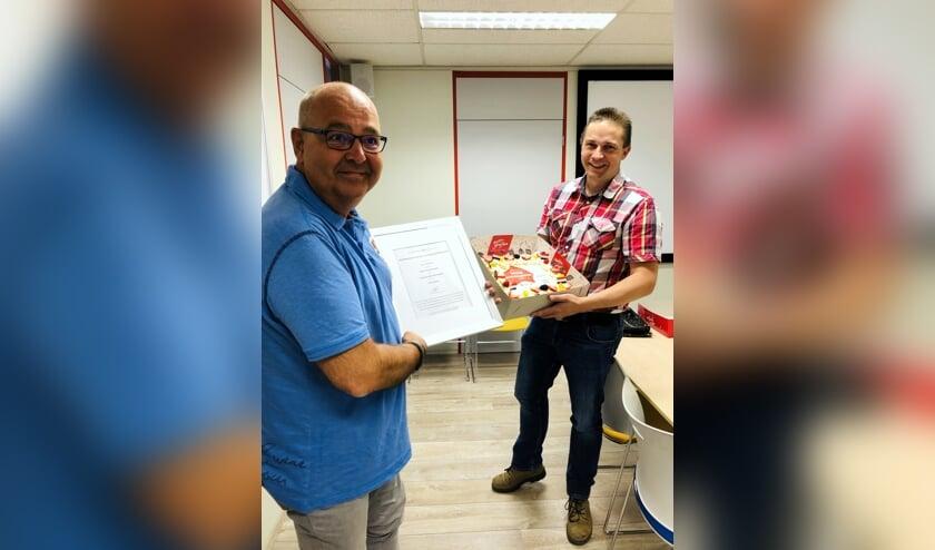 Jac Buermans ontvangt het certificaat en bloemen van SBB voor de beste praktijkopleider