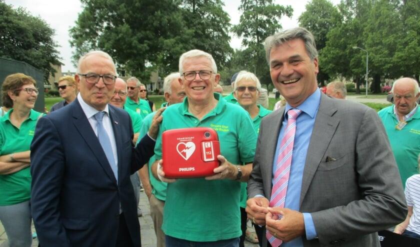 V.l.n.r. Eef Schoneveld, Henk Goverde en Ferdinand van den Oever poseren met de nieuwe defibrillator.