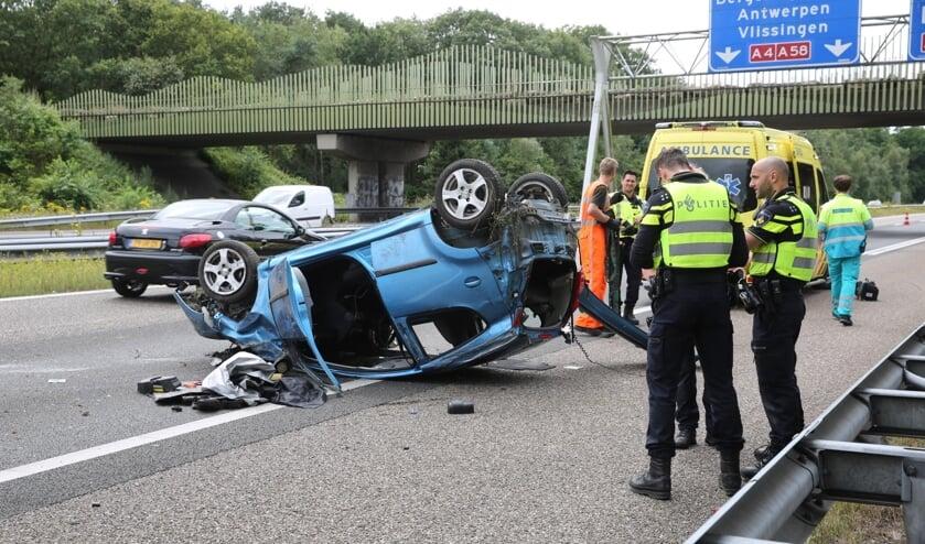 De auto raakte over de kop.