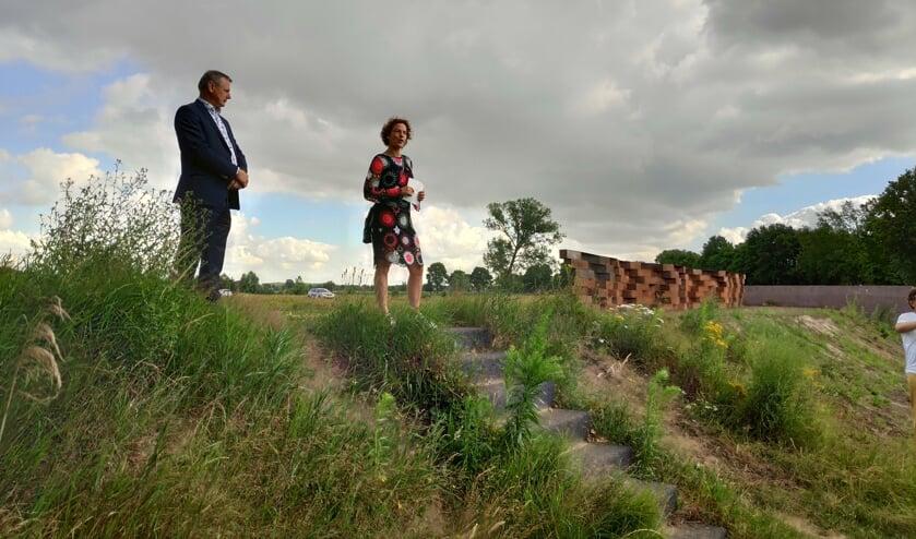 Wethouder Toine Theunis en kunstenares Marijke maas onthulden het kunstwerk FOTO GEMEENTE ROOSENDAAL