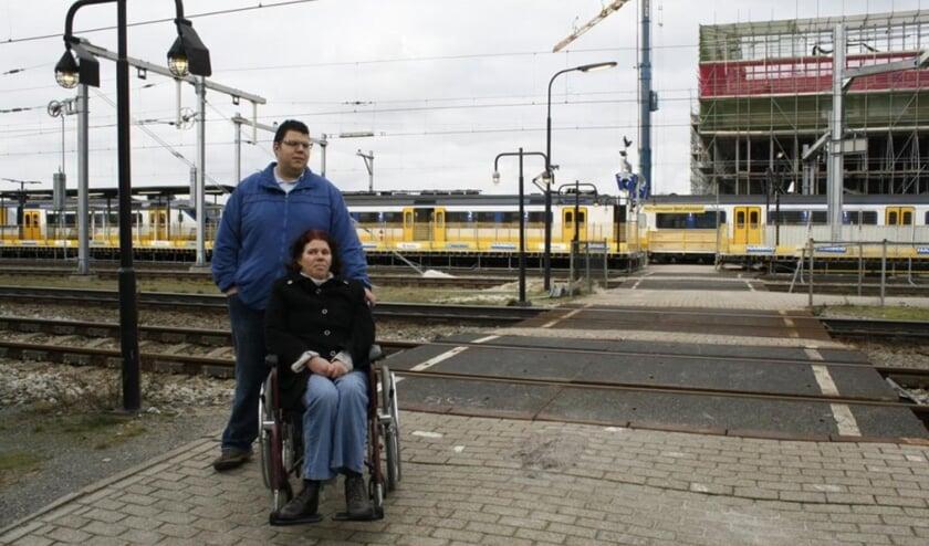 Soufyan en zijn moeder in 2014, toen ze problemen hadden op het NS station waar geen liften waren voor mensen in een rolstoel