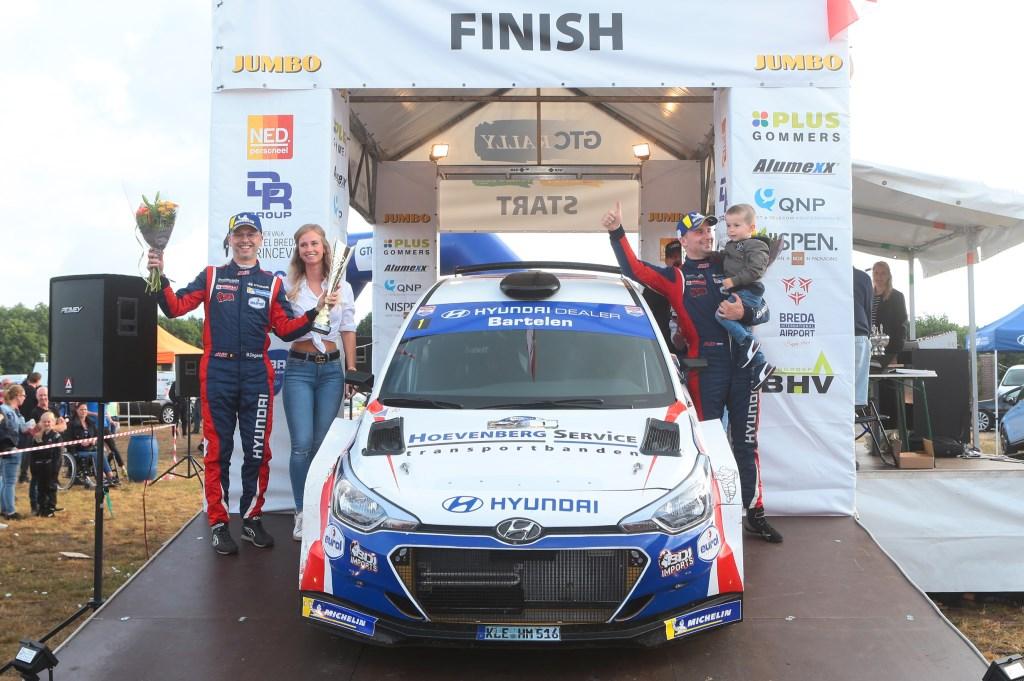 Grote winnaar Bob de Jong op het podium. Foto: Erik van 't Land © Internetbode