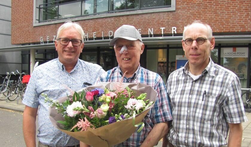 Johan Verheijen, geflankeerd door huisarts Ger Kolsters (links) en apotheker Ger Heijdra (rechts).