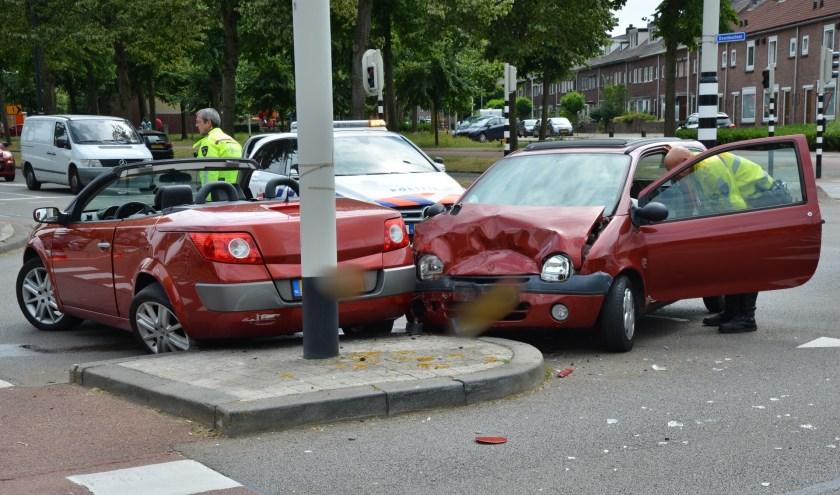 Beide auto's raakten beschadigd.