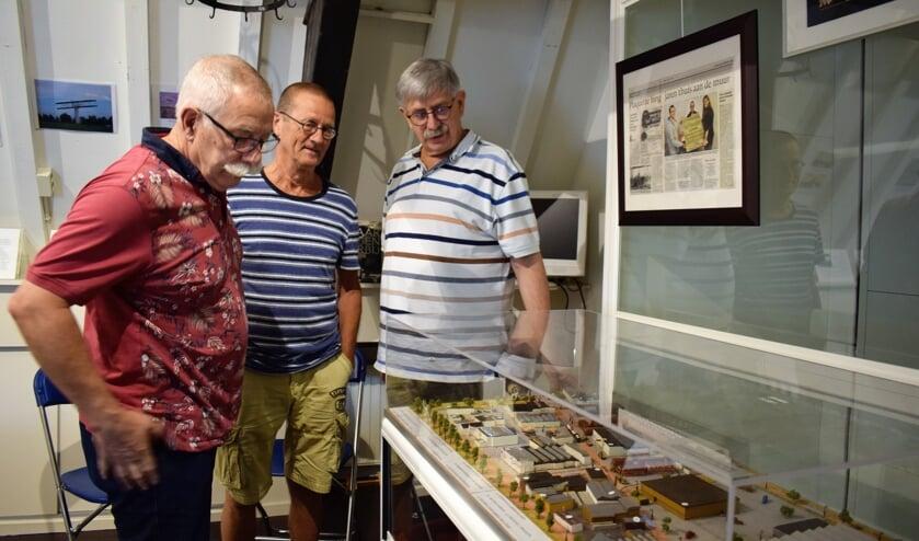 Van links naar rechts Anton Prins, Ton Jorna en Toon Vissers in het Streekmuseum Etten-Leur bij de maquette van het industrieterrein met daarop 'hun' drukkerij Roto Smeets. FOTO STELLA MARIJNISSEN