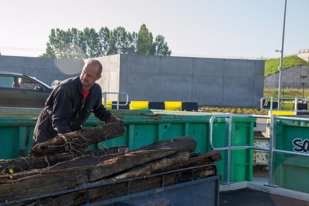 Anton Scheepers brengt alleen hout weg en dat kan gewoon gratis FOTO'S REMKO VERMUNT Foto: Remko Vermunt © Internetbode