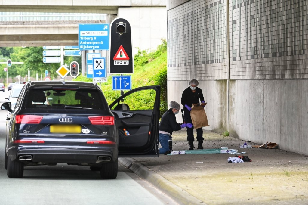 De recherche doet onderzoek op de plek van het incident.  Foto: Tom van der Put © BredaVandaag