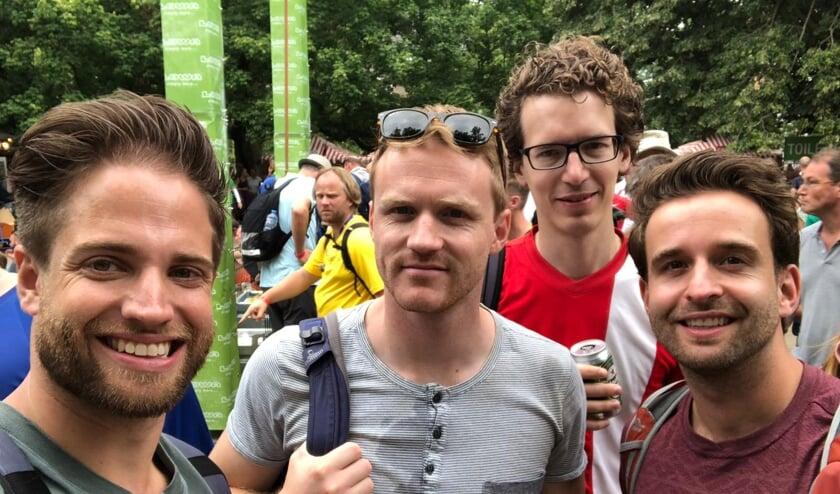 Bram (links) uit Breda loopt samen met zijn vrienden de Nijmeegse Vierdaagse