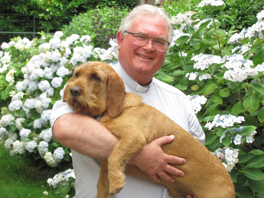 Met hond in de tuin van de pastoriewoning in Zundert.  Foto: Addo Sprangers © Internetbode