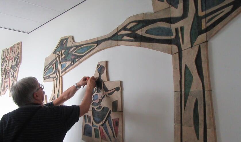 De heemkundekring zoekt helpende handjes om de kunstwerken veilig te stellen. FOTO PIET PAANTJENS