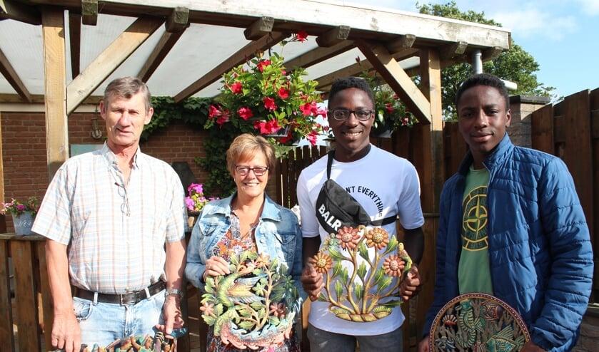 Het gezin Van Zomeren in Nieuw-Vossemeer met Haïtiaanse kunstwerken.
