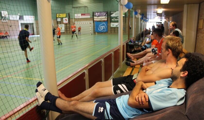 Oron Agam en Rick Vermeij kijken op hun bed het 24-uurs voetbal