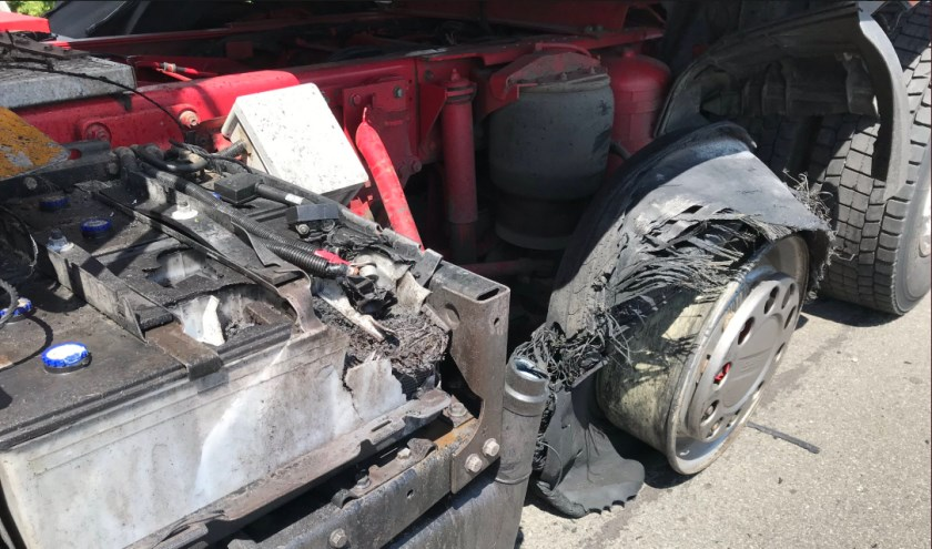 De klapband zorgde voor behoorlijk wat schade aan de vrachtwagen.