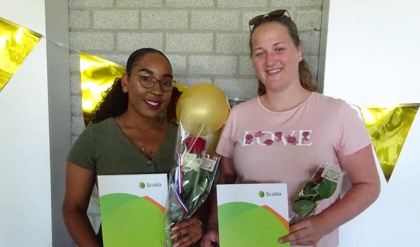 Jesuela en Jasmijn zijn terecht trots op hun diploma.
