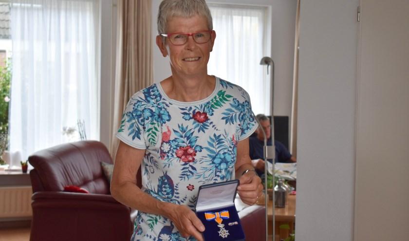 Marleen Ovaa toont haar koninklijke onderscheiding.