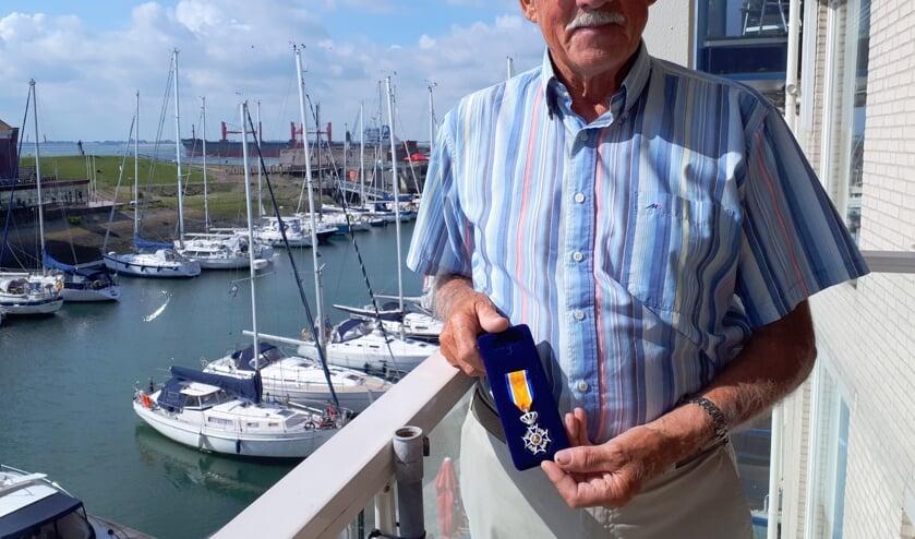 Wim Passchier toont zijn koninklijke onderscheiding.