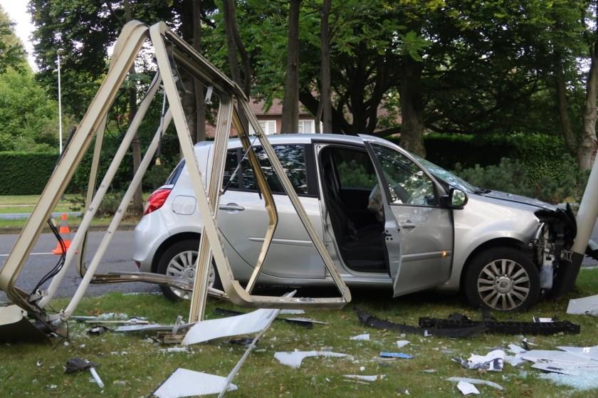 De auto raakte zwaar beschadigd bij het ongeval.
