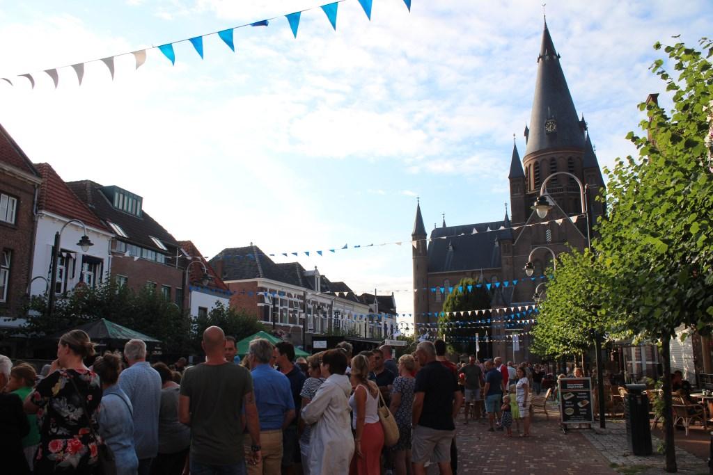 Een volle Markt in Steenbergen wacht op de speciale opening van de Kleine Tour Steenbergen met speciale acts. Foto: Claudia Koole © Internetbode