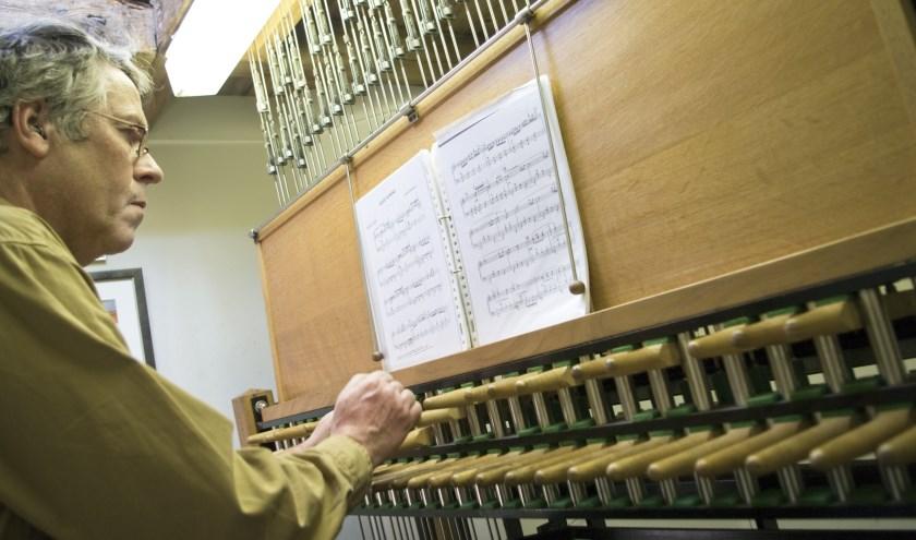 Toni Raats bespeelt het carillon van de St. Jan.