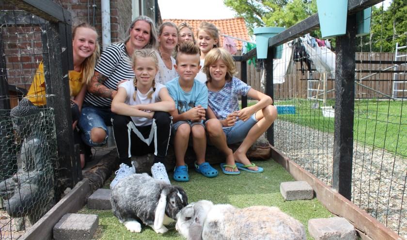 Wijkhoofd Josje Holthuijsen heeft wat steun in het dorp Kruisland voor de Dierenbescherming.