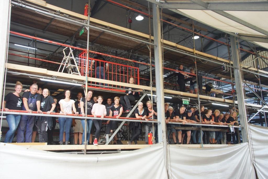 Naarmate het corso dichterbij komt neemt het aantal mensen in de tent toe.  Foto: René Bruijnincx © Internetbode