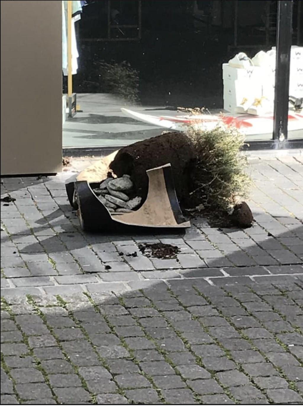 De vernielingen door de straat.  Foto: Atelier Le Carré © Internetbode