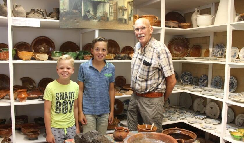 Van links naar rechts Tobias (9) en Robin (12) Plasmans met hun opa in Stadsarcheologie Steenbergen op de open dag.