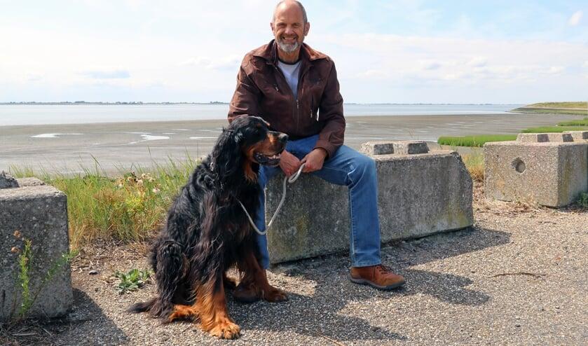 Peter Koeman wandelt met zijn hond Balou graag op het strand bij Waarde.