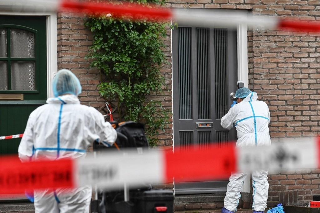De recherche doet onderzoek in het huis.  Foto: Tom van der Put © BredaVandaag
