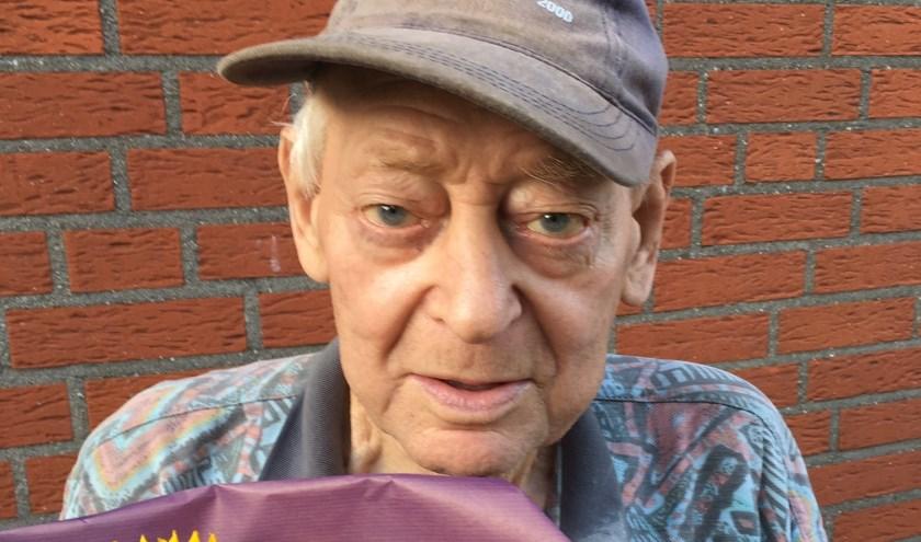 Leo Jansen krijgt de bloemen voor 60 jarig jubileum