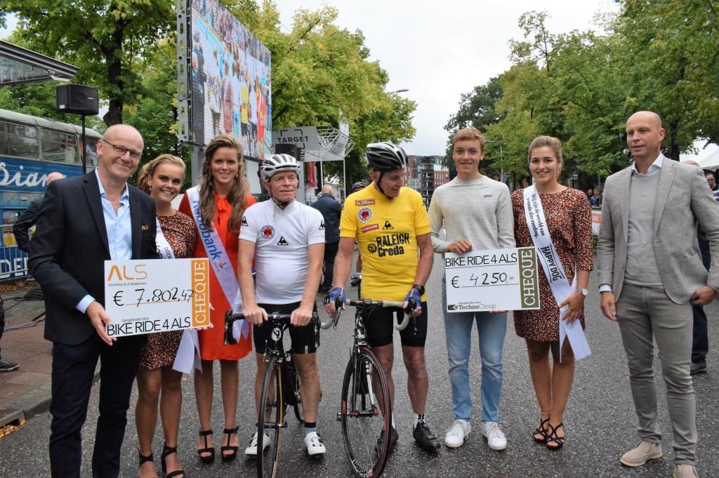 Opbrengst voor stichting ALS Peter Winnen, Joop Zoetemelk en Robbert Rasenberg. FOTO STELLA MARIJNISSEN  © Internetbode