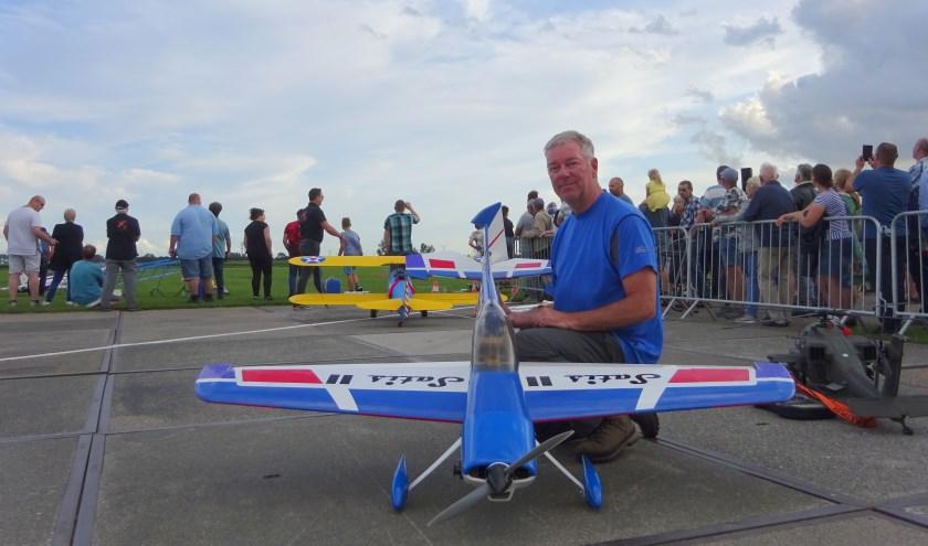 Nico van Kooten met zijn zelfgebouwde modelvliegtuig. FOTO MARIELJA TEN BRUGGENCATE