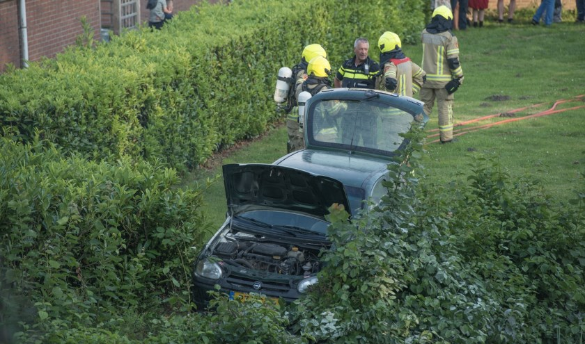 De auto vloog na de crash in brand.