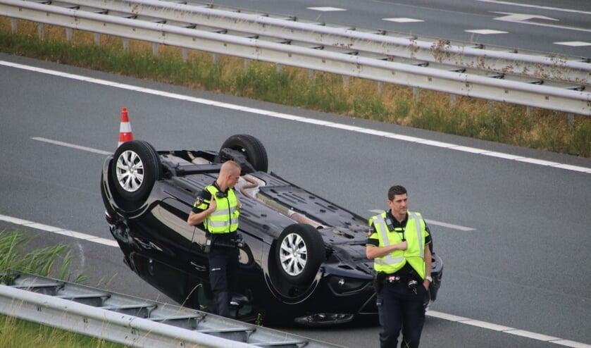 De auto is over de kop gevlogen.