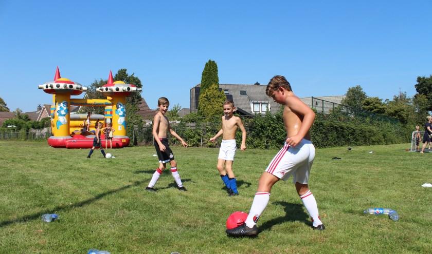 Sporten met verkoeling was noodzakelijk op de bloedhete familiedag van VV Steenbergen