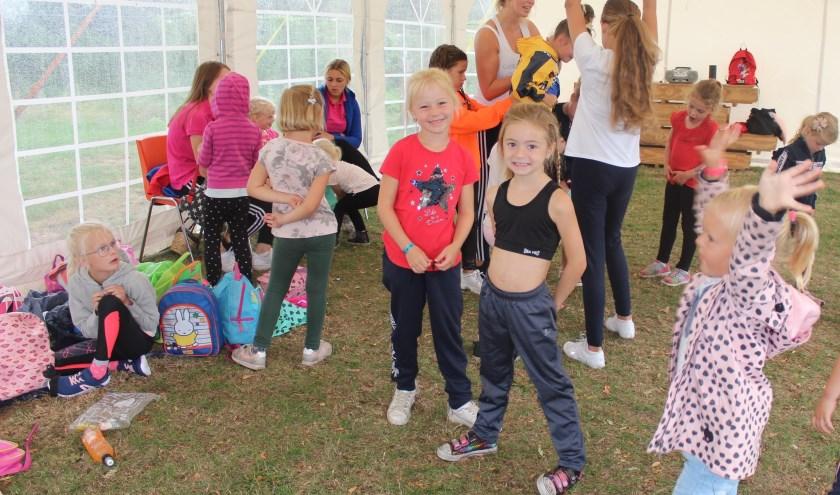 Leren cheerleaden, dat vonden met name de meisjes fantastisch. FOTO: JOSÉ VAN DER WEGEN