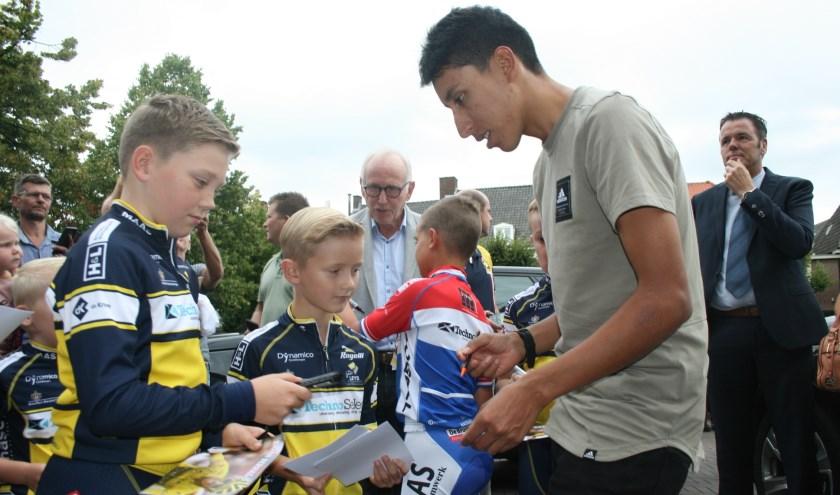Egan Bernal deelt handtekeningen uit bij aankomst in Etten-Leur.