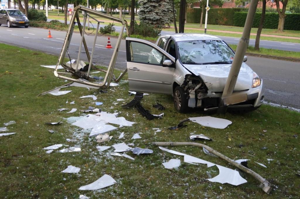 De auto raakte zwaar beschadigd bij het ongeval. Foto: Perry Roovers © BredaVandaag