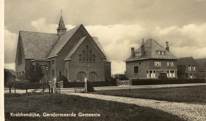 Een oude foto van de kerk van de Gereformeerde Gemeente in Krabbendijke, waar op de orgelzolder de eerste lessen werden gegeven.